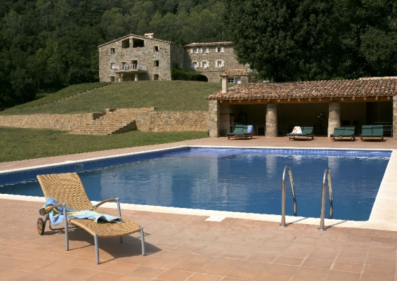 How to eat calcots Luxury accomodations in Catalonia Spain
